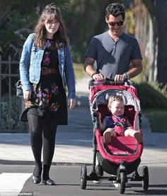 Since becoming a mother last summer, her life has surely evolved. And Zooey Deschanel enjoyed a peaceful morning stroll with husband Jacob Pechenik and daughter Elsie Otter. Cute Maternity Outfits, Stylish Maternity, Maternity Fashion, Zooey Deschanel Style, Zoey Deschanel, New Girl Style, Mom Style, New Girl Cast, Jessica Day