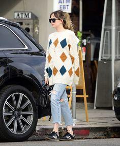 Dakota was spotted out in Los Angeles, California. Cute outfit!  (January 17th,2018) #DakotaJohnson : @50tonsdecinza via @DakotaFanClub