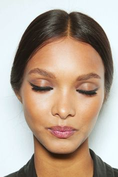 Try an understated chic #beauty look with a subtle cat eye and soft pink lips.