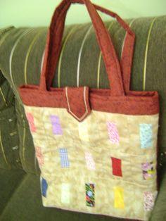 bolsa com retângulos coloridos.
