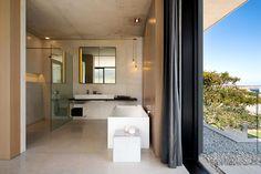 A menos de 100 kilómetros de Ciudad del Cabo, esta casa de vacaciones se conecta con el sol y el paisaje circundante.