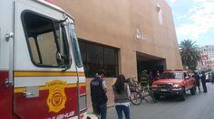 <div>Elementos del cuerpo de bomberos fueron alertados en el hotel Palacio del Sol debido a que el viento arranco un pedazo de enjarre de mas de 3 metros al