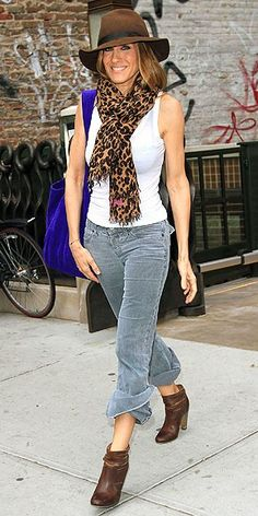 Sarah Jessica Parker rocking the animal print scarf Rick Ross, Love Her Style, Style Me, Estilo Carrie Bradshaw, Sarah Jessica Parker Lovely, Look Fashion, Womens Fashion, Look Street Style, Cooler Look