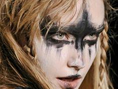 maquillage guerrière viking au visage peint de noir et blanc, coiffure  sauvage de femme viking