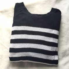Old Navy Black and White Knit Sweater Worn but in good condition! It has pilling but nothing to major- super cute and comfortable! Old Navy Sweaters Crew & Scoop Necks