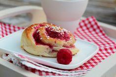Norwegian recipe | Rasberry Buns from Trines matblogg - made with berries and white chocolate