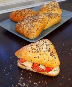 Magvas fehér háromszög - kalcirecept.hu Hot Dog Buns, Hot Dogs, Ciabatta, Bagel, Cake Recipes, Bread, Food, Easy Cake Recipes, Brot