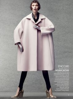 Fun-Sized Fall Fashion: Supermodel Karlie Kloss wears a casual wool and cashmere coat from Jil Sander and sharp heels from Céline in the editorial 'Cover Me' shot by Craig McDean for Vogue US October. Foto Fashion, Fashion Week, Fashion Models, High Fashion, Womens Fashion, Fashion Trends, 1950s Fashion, India Fashion, Daily Fashion