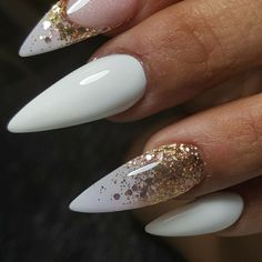 White stiletto nail shape and gold glitter accent nail on the an . - White stiletto nail shape and glitter gold accent nail on the ring finger and index finger - Chic Nail Art, Chic Nails, Wedding Acrylic Nails, Summer Acrylic Nails, Glitter Accent Nails, Gold Nails, Gold Glitter, Perfect Nails, Gorgeous Nails