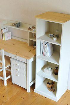 ちょっと前になりますが今頃UPします~~♪デスクと本棚のセットです。本はいっぱい増えますからね~~。本棚がデスクの隣にあるのは絶対に便利です。奥行きも広めの本棚ですので学校の道具類がちゃんと収納出来ます。長い休みに持って帰って来るお道具箱や