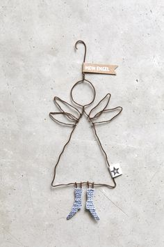 "Schutzengel ""Mein Engel"" Send me an angel … An angel is always a special gift and these angels wear the most beautiful shoes and always a loving message. Wire Crafts, Diy And Crafts, Christmas Crafts, Crafts For Kids, Arts And Crafts, Christmas Ornaments, Christmas Makes, Noel Christmas, Winter Christmas"