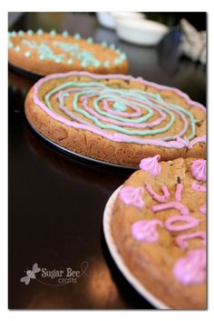 Cookie Pizza from Spring Form Pan  Why in the world haven't I thought of this?? Kids are always asking to make these and decorate them for parties.