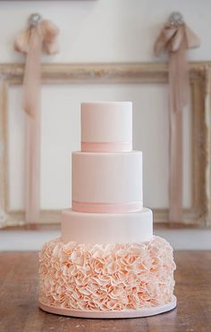 Light peach wedding cakes with 4 tiers. Sweet with flowers incrusted on the base. Perfect for summer wedding on the beach for example. Wedding cake ideas with flowers and decoration <3