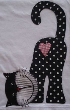 This is soooo cute! will be using this for a giving quilt, someone will just love this kitty Camiseta infantil com patchcolagem kitty cat cat quilt cat applies patchwork quilt cat quilt would make aGood applique idea for baby blanket!aplikacja kot na Cat Quilt Patterns, Applique Patterns, Applique Quilts, Applique Designs, Embroidery Applique, Embroidery Designs, Sewing Patterns, Applique Ideas, Applique Templates