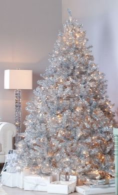 Árbol de Navidad completamente en color plata