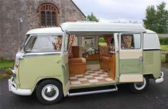 10 façons cool d'aménager un combi VW - Camper Wiz Combi Vw T2, Combi Ww, Kombi Trailer, Vw Caravan, Vw Camper Bus, Volkswagen Bus Interior, Kombi Interior, Motorhome Interior, Camper Rental
