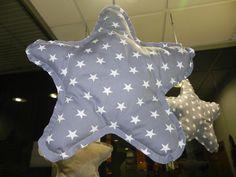 bebetecavigo. Estrellas para colgar encima de la cuna del bebé.bebetecavigo.
