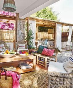 Cojines, muebles de madera y muebles de fibras naturales. Lámpara de mimbre. Decoración de exteriores.