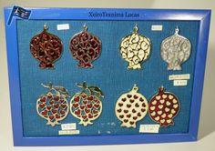 Ρόδια με σμάλτο και ιδιαίτερα σχέδια στο εσωτερικό. Ιδανικά για γούρια. Pomegranate charms. Pomegranate, Pot Holders, Enamel, Granada, Vitreous Enamel, Hot Pads, Potholders, Pomegranates, Enamels