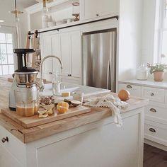 J'aime: L'espace pour mettre des objets en haut de l'armoire - L'échelle - Le comptoir de quartz et celui en bois sur l'îlot - le linge à vaisselle en dentelle - L'évier sur l'îlot