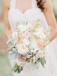 Brautstrauß in Weiß und Pfirsich mit Pfingstrosen, Ranunkeln und Silberblatt – White and peach blush wedding bouquet with peonies, ranunculus