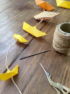 Un xeito para colgar o móbil dos barcos de papel ou facer grilandas en vertical. Origami Boat, Diy Origami, Origami Tutorial, Origami Paper, Art For Kids, Crafts For Kids, St Nicholas Day, Paper Art, Paper Crafts