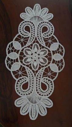 This Pin was discovered by Tül Irish Crochet, Crochet Motif, Crochet Designs, Crochet Lace, Machine Embroidery Projects, Hand Embroidery Stitches, Hand Embroidery Designs, Lace Patterns, Crochet Patterns