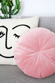 Round velvet pillow DIY