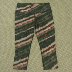 NIKE small cropped pants Dry fir size small In great condition no stains and holes Nike Pants Ankle & Cropped