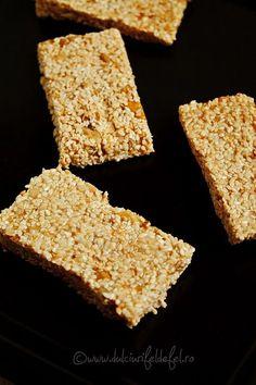 Mod de preparare Batoane de susan: Semintele de susan si miezul de nuca se pun intr-o tigaie si se prajesc usor. Aveti grija asa amestecati continuu, sa nu se arda susanul. Daca mierea este zaharisita o puneti intr-un ibric sau craticioara si o incalziti pana devine lichida. Turnam mierea in … Walnut Kernels, Ate Too Much, Raisin, Deserts, Nutrition, Snacks, Baking, Ethnic Recipes, Sweet