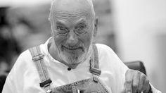 """Der langjährige Moderator der ZDF-Kindersendung """"Löwenzahn"""", Peter Lustig, ist im Alter von 78 Jahren gestorben. Das bestätigte das ZDF. Lustig prägte die Kindheit mehrerer Generationen - und wird vielen als Tüftler in blauer Latzhose und mit Nickelbrille in Erinnerung bleiben."""