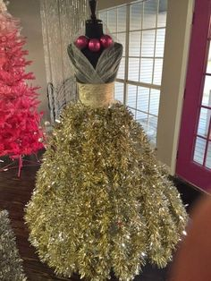 CHRISTMAS TREE~Designed by Arlean M. at Amore Dress Boutique in Houston, Texas Nice to see a Dress Form Xmas Tree with gold instead of green garland. Mannequin Christmas Tree, Dress Form Christmas Tree, Unique Christmas Trees, Christmas Holidays, Christmas 2019, Christmas Dresses, Black Christmas, Christmas Movies, Christmas Gifts