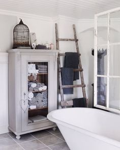 in my search for bathrooms, i have come across the perfect, ultimate bathroom.  it has that relaxed, beachy look <3