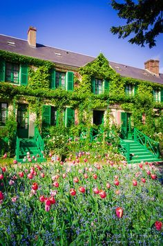 La maison de Claude Monet à Giverny. Claude Monet's house in Giverny. Beautiful Park, World's Most Beautiful, Beautiful Gardens, Beautiful Homes, Beautiful Places, Claude Monet House, Monet Garden Giverny, Giverny France, French Villa
