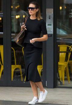 Jesinta Franklin faz um look total black com blusa e saia midi pretas e tênis branco