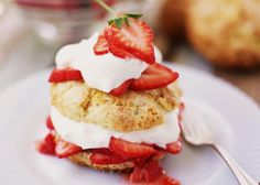 Strawberry shortcake recipes - several wonderful recipes for strawberries. This is an old-fashioned strawberry shortcake recipe made with sweet biscuit pastry.(Strawberry Muffin 21 Day Fix) Mini Strawberry Shortcake, Strawberry Patch, Shortcake Biscuits, Cream Cheese Sauce, Fluffy Biscuits, Drop Biscuits, Biscuit Sandwich, Homemade Biscuits, Food Processor Recipes