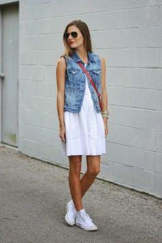 белое платье и белые кеды + жилет