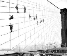 """""""Pintores en los cables de suspensión del Puente de Brooklyn"""" (7 de octubre de 1914). Obra del fotógrafo autodidacta Eugene de Salignac (1861 – 1943). New York City Municipal Archives. /// """"Painters on the Brooklyn Bridge Suspender Cables"""" (7th October 1914). Work by the self-taught photographer Eugene de Salignac (1861 – 1943). New York City Municipal Archives."""
