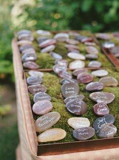 Piedras con numeración de lugares, idea de Santa Barbara Chic
