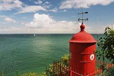 Au large de la rade de Lorient, l'île de Groix est accessible facilement depuis la gare maritime du centre ville. Selon la saison, 5 à 10 allers-retours en bateaux sont assurés chaque jour. Il serait donc dommage de se priver d'une petite escale sur cette île aux paysages contrastés.