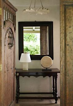 ENTRYWAY WITH A GIACOMETTI PLASTER CHANDELIER AND 17TH CENTURY ITALIAN TABLE Atelier AM