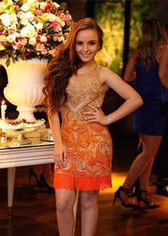 Larissa Manoela com vestido festa curto em casamento