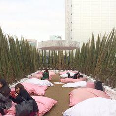Style Nanda Pink Hotel 9/9 | 5o andar (terraço): você pega seu café e vem deitar em uma almofada gigante  . #stylenanda #stylenandapinkhotel #stylenandapinkpoolcafe #brocosplace