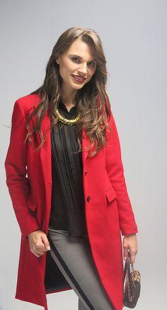 Winter outfit | invierno | Conoce más tendencias en http://www.larcomar.com/blog | #red #coat #winter2016 #trend2016 #greypants