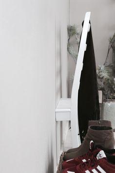 Ken je dat? Je kleedt je s avonds uit en je gooit je kleding over een stoel, de rand van het bed, op de grond (dat doe je niet toch?!) of over de deur van de kast (in plaats van erin).