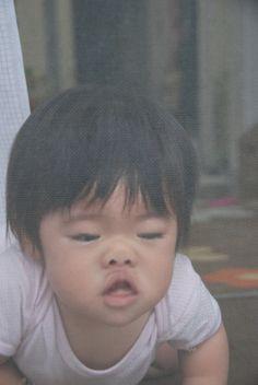 後追い真っ盛りの11ヶ月の娘。  洗濯物を干しにベランダに出ていたら娘のこの顔。  思わず笑っちゃいました。(ニックネーム:みことママさん)