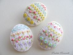 Embroidered Felt Easter Egg Pin 1 by Beedeebabee on Etsy Felt Crafts, Easter Crafts, Diy Crafts, Embroidered Roses, Art Du Fil, Felt Applique, Felt Art, Felt Ornaments, Spring Crafts