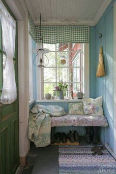 I love this cute little Entry Way.  I may have to do something like this in my little Tiny House.