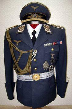 Guerrera de General de Estado Mayor de la Luftwaffe( pueden verse los cordones distintivos en dorado del personal de E.M)Esta perteneció al General Alfred Keller.guerra
