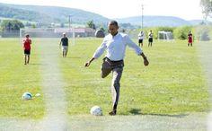 Bomber Obama   - Il presidente degli Stati Uniti Barack Obama non perde occasione per dimostrare quanto ami lo sport. E dopo aver mostrato più volte la sua abilità con la palla a spicchi, oggi alla Tully High School di New York ha avuto modo di cimentarsi col soccer